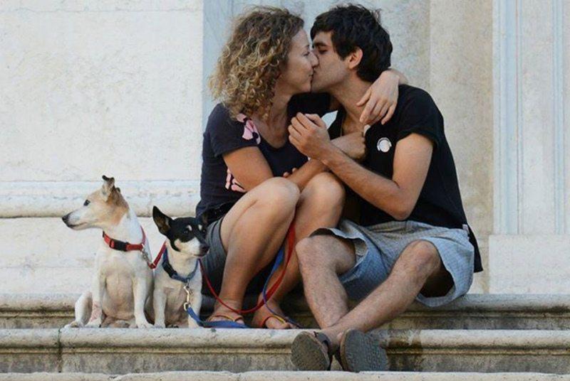 Un bacio romantico sulle scalinate del Duomo di Urbino (PU). Foto di ©Paolo Mini