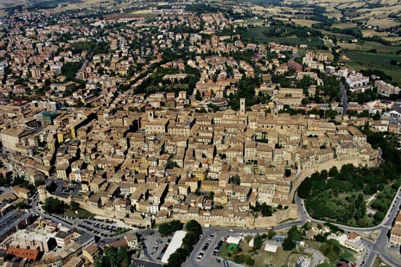 Foto aerea del centro storico di Jesi