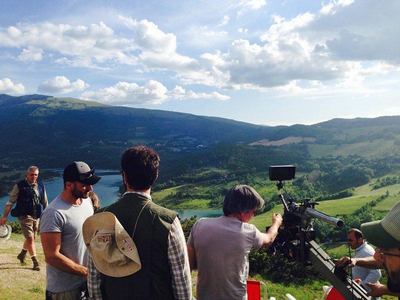 Le riprese al Lago di Fiastra con la troupe e Neri Marcorè