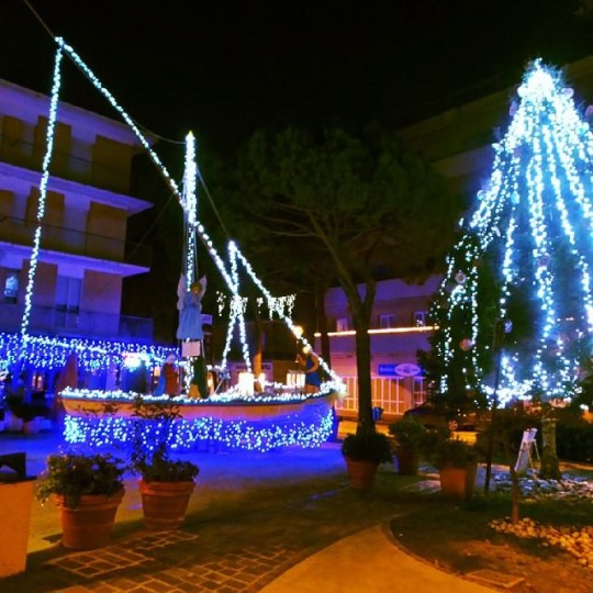 La barca illuminata e il grande albero a Gabicce Mare © Gabicce Mare Official su Instagram