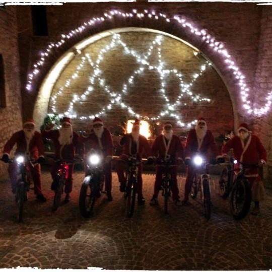 Una simpatica passeggiata in bicicletta vestiti da Babbo Natale a Esanatoglia (MC)