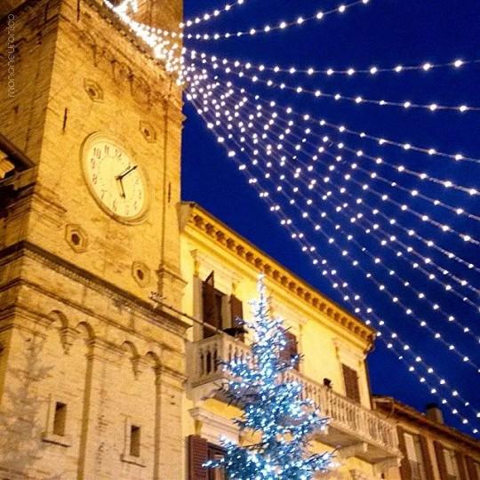 La grande torre dell'orologio addobbata per Natale © mononeuronico su Instagram