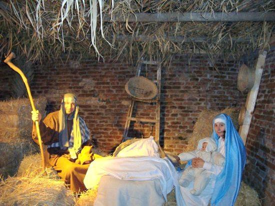 La scena della Natività nel presepe vivente di Mondolfo (PU)