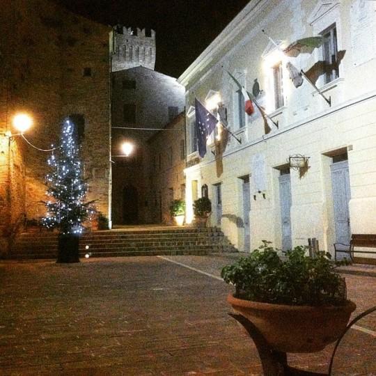 La piazza di illuminata dall'albero di Natale a Moresco (FM) © gianni_aio