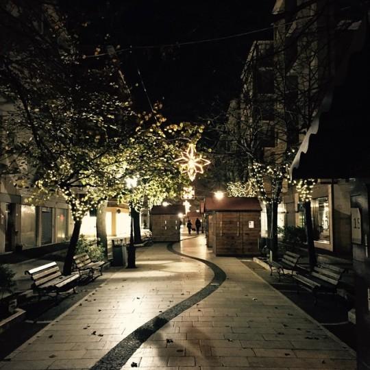 Il viale alberato pieno di luci di Natale a Porto San Giorgio (FM) © silviaprop su Instagram