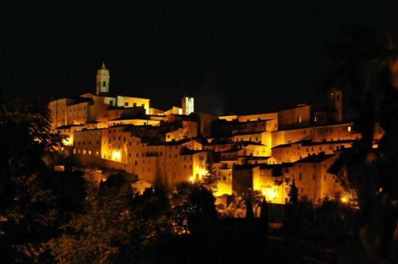 Una suggestiva visione notturna di Serra San Quirico (AN) © Elio Sebastianelli