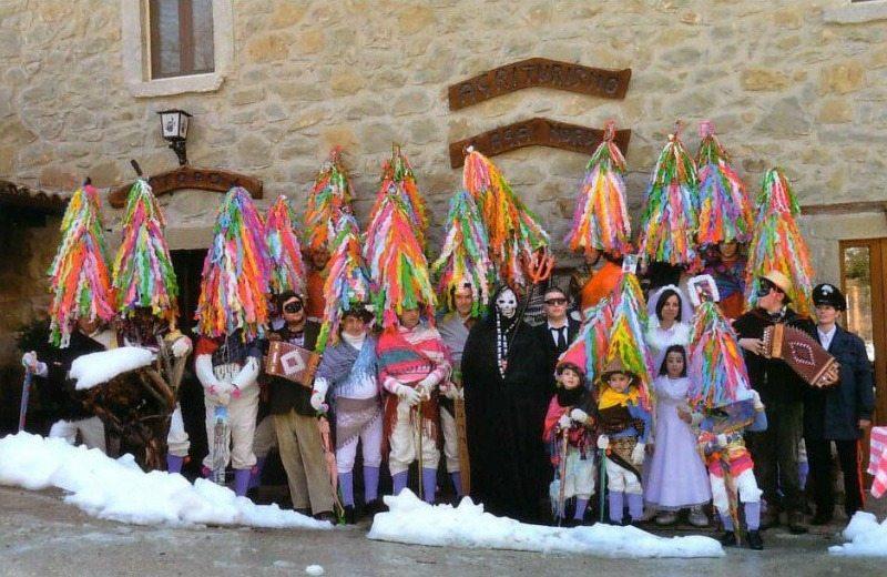 Gli zanni con la caratteristica maschera per celebrare il Carnevale ad Acquasanta Terme