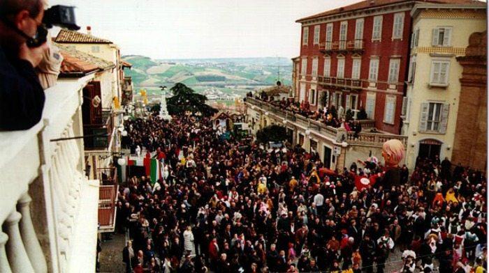 Un momento della sfilata del Carnevale del Fermano
