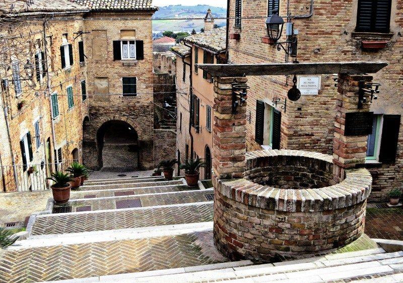 La scalinata e il pozzo della polenta a Corinaldo © Marche Tourism su Flickr
