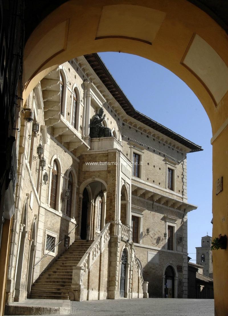 Il Palazzo dei Priori di Fermo © Marche Tourism  su Flickr