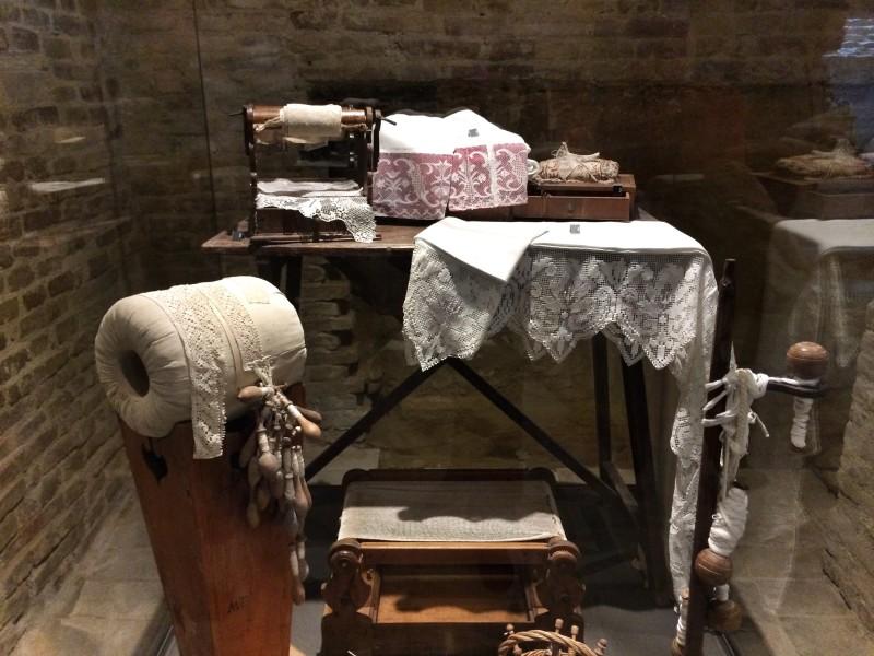 Alcuni lavori delle clarisse esposti al Museo delle Arti Monastiche di Serra De' Conti