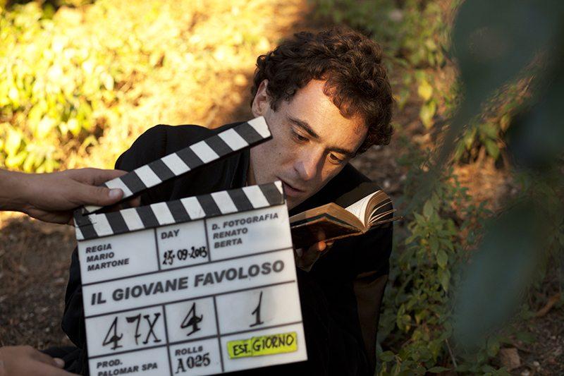 """Una foto di scena con l'attore Elio Germano durante le riprese del film """"Il giovane favoloso"""" di Mario Martone © Palomar"""