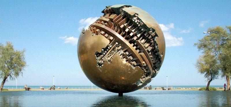 La famosa scultura di Pesaro realizzata da Arnaldo Pomodoro