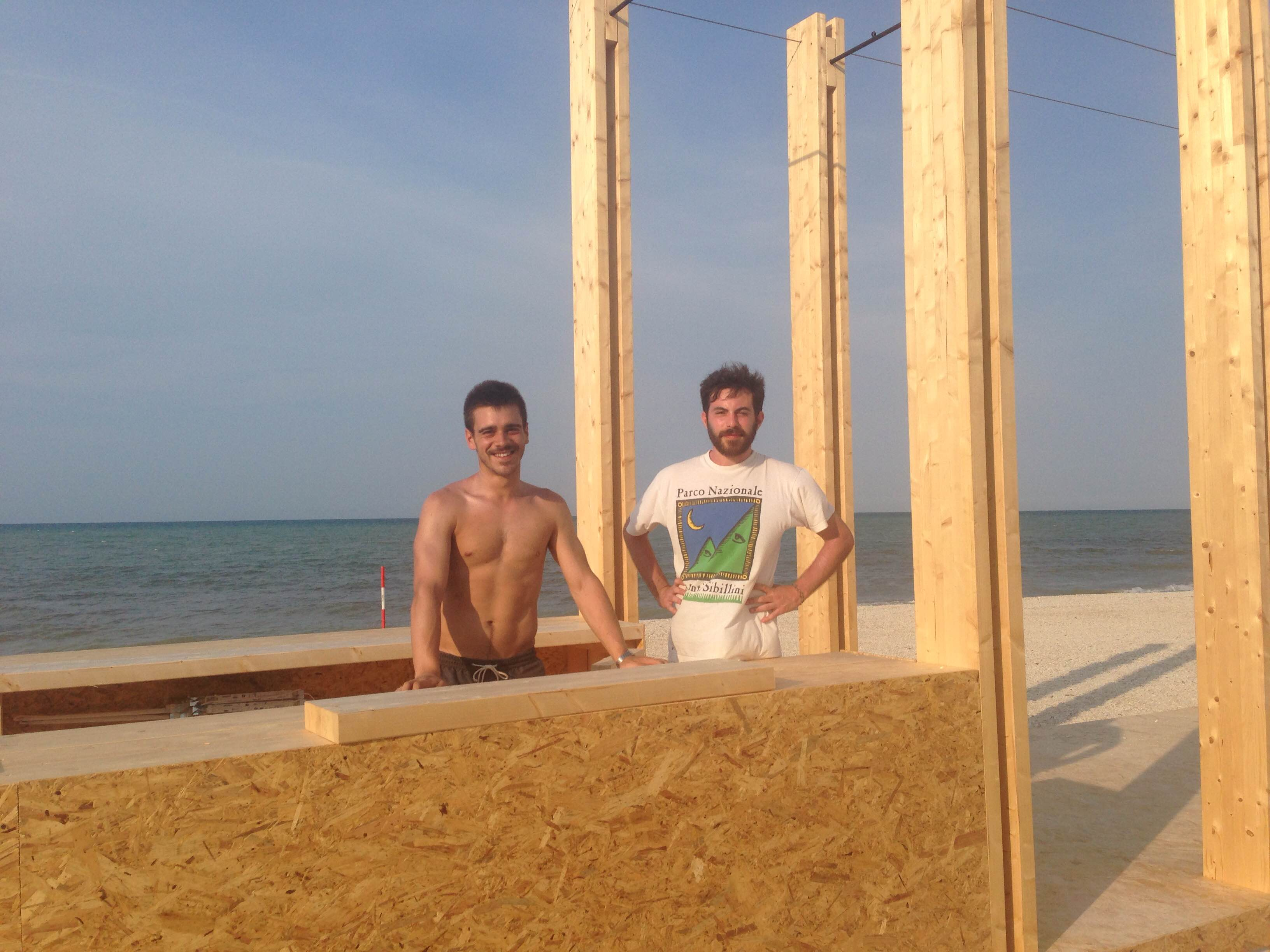 I vincitori del progetto mentre l'allestimento sulla spiaggia di Marzocca ©Mappelab