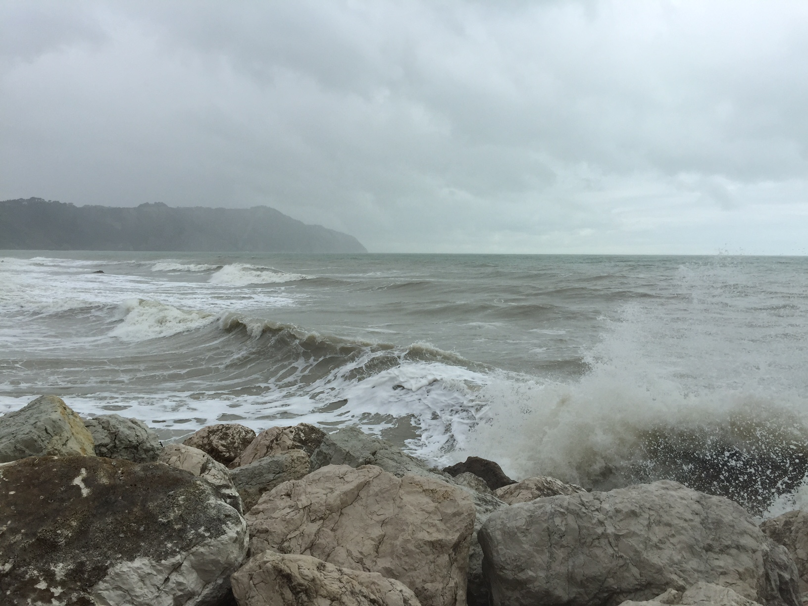 La baia di Portonovo con il mare in tempesta