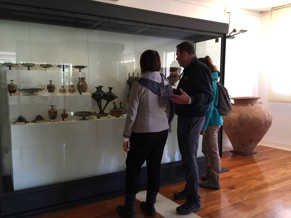 Filippo Invernizzi, direttore del Parco del Conero spiega i reperti archeologici a Ilaria Barbotti e Cristina Pasin