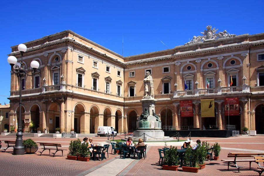 Piazza Leopardi a Recanati - Foto Wikipedia