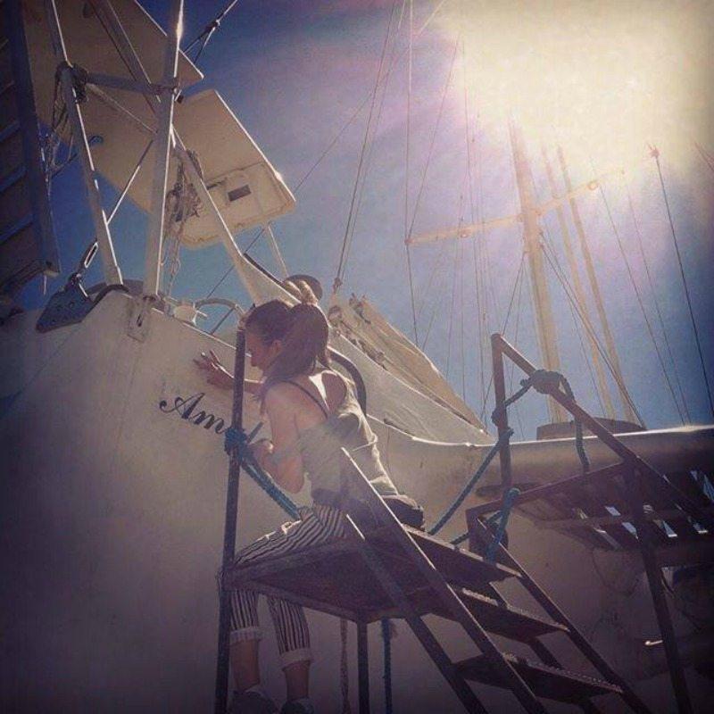 """Laura Perini, scenografa del film, sta ricostruendo la scritta della barca """"Amalassunta"""", al porto di Porto San Giorgio"""