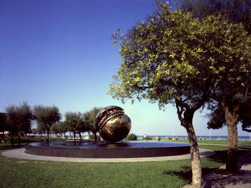 sfera grande di pomodoro pesaro