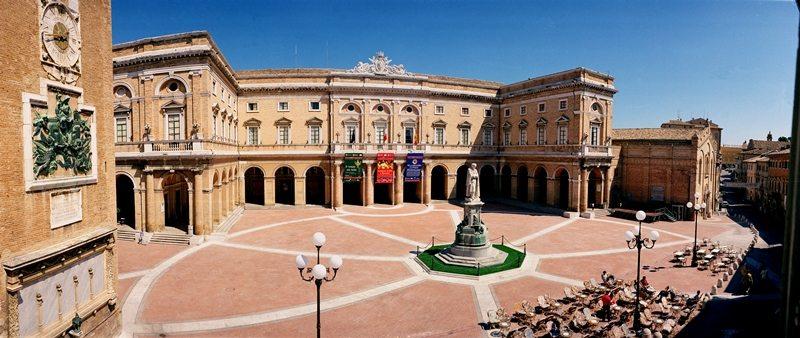 Recanati e la piazza Giacomo Leopradi