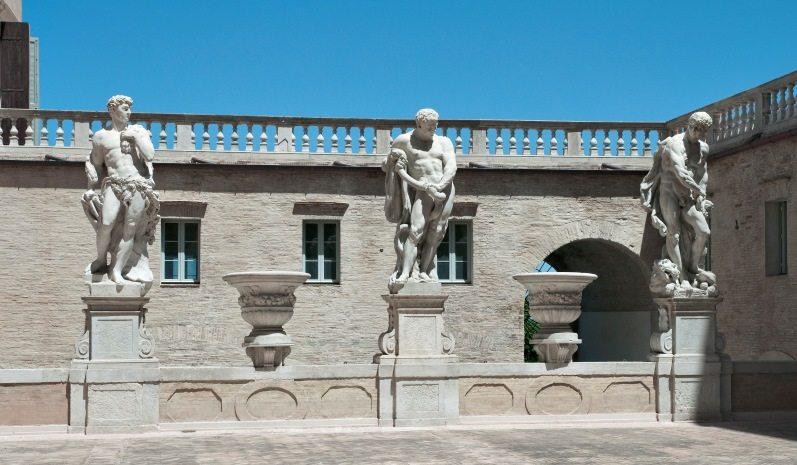 Palazzo Buonaccorsi, statue di Ercole sul cortile maggiore