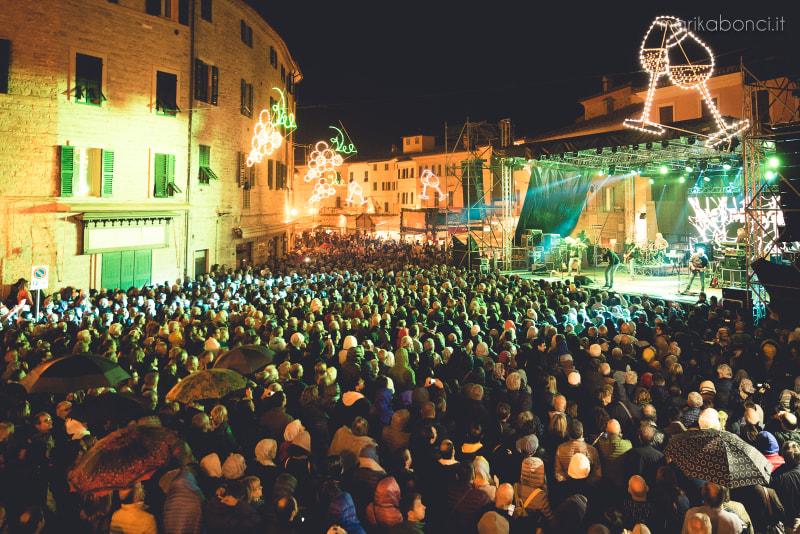 piazza gremita al concerto della sagra dell'uva di cupramontana