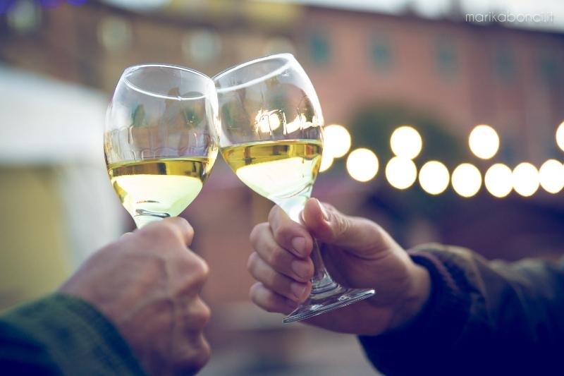 brindisi con calici di vino Verdicchio