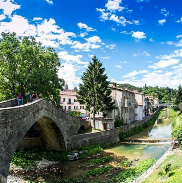 Una bella immagine di Apecchio e il suo caratteristico ponte. Foto @luigiphoto1963