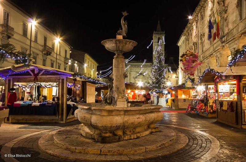 mercatino antiquario in piazza arringo ascoli piceno