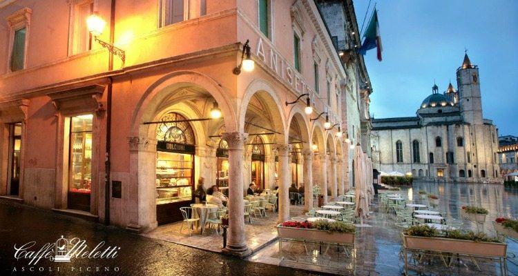 Caffè Meletti e Piazza del Popolo. Foto ©Caffè Meletti