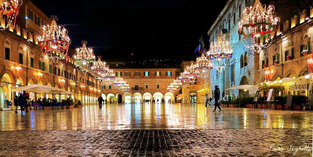 Piazza del Popolo e le sue luminarie di carnevale. Foto © Piera Seghetti da Flickr