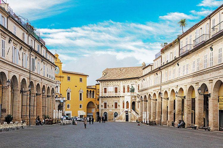 Piazza del Popolo, a Fermo (foto © Maurizio Paradisi)