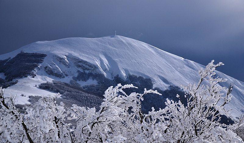 Il Monte Catria innevato (Foto © Il Ponticello)