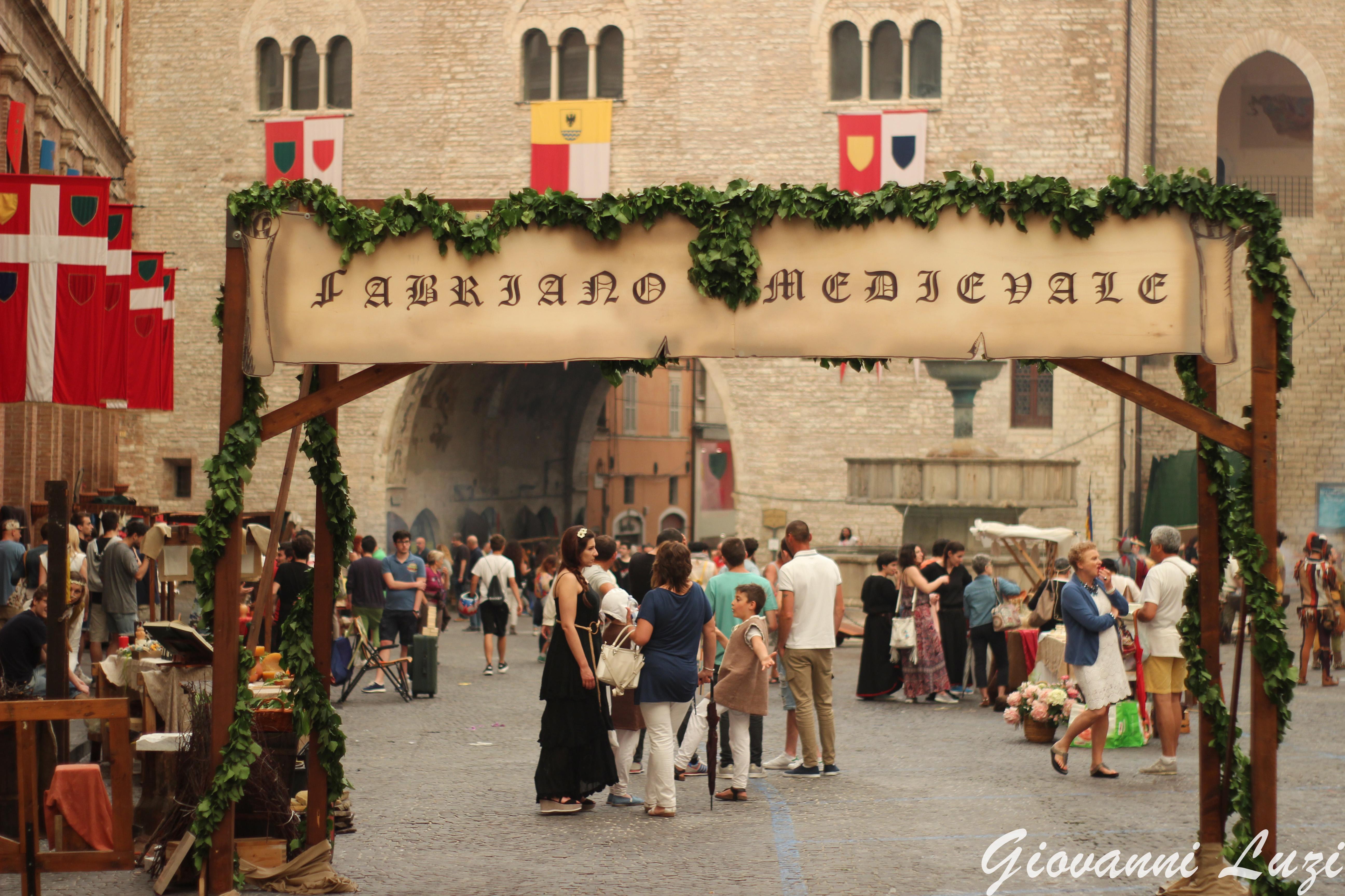 La città di Fabriano con le botteghe medievali durante il Palio di San Giovanni Battista