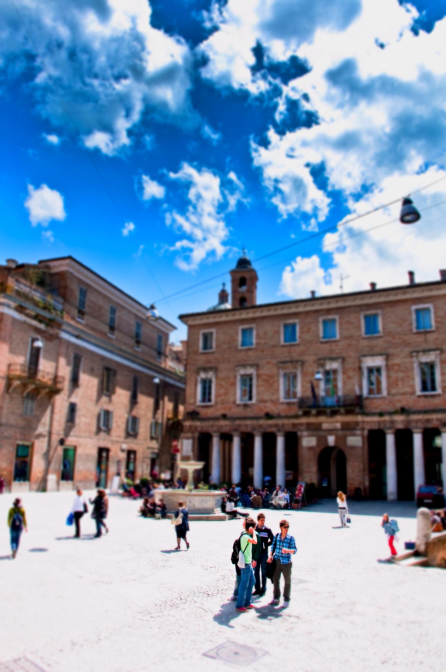 Una delle piazze di Urbino. Foto Donatello Trisolino