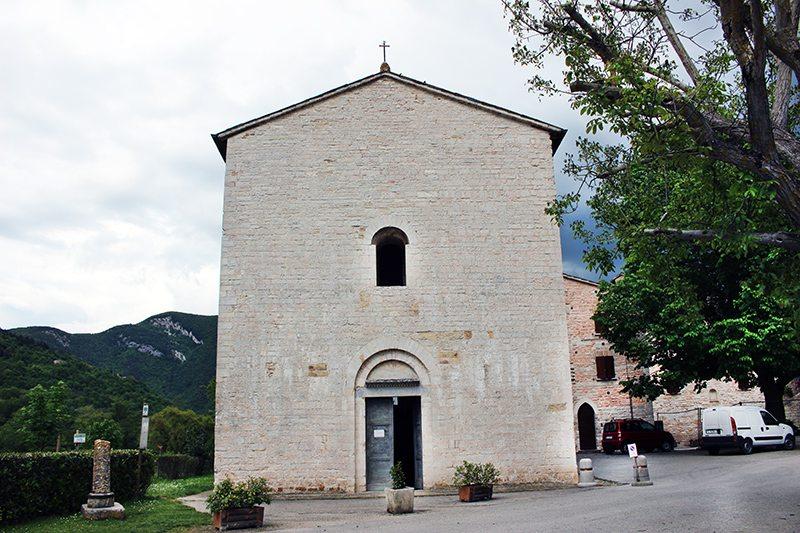 La facciata dell'Abbazia di San Vincenzo al Furlo