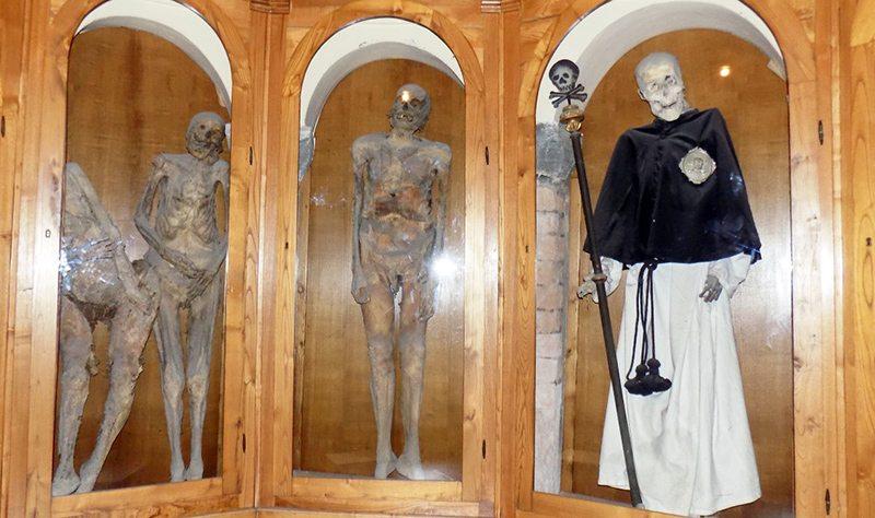 """Le mummie contenute all'interno della cosiddetta """"chiesa dei Morti"""""""