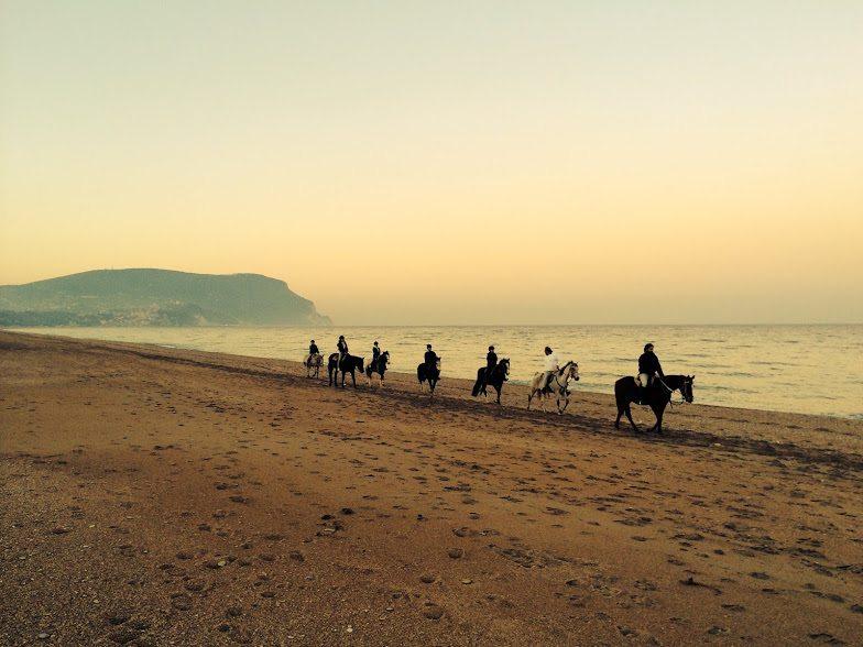 Una suggestiva passeggiata a cavallo in riva al mare