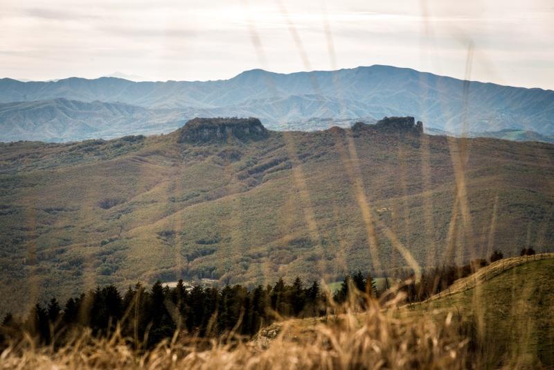 Paesaggio verde sul Sasso Simone e Simoncello