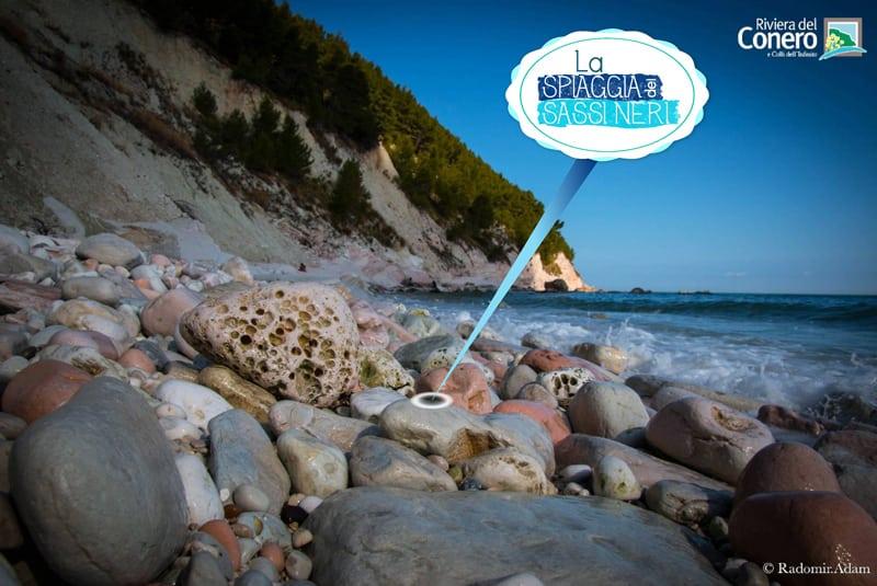 La spiaggia dei Sassi Neri: immagine scattata in mezzo agli stessi sassi