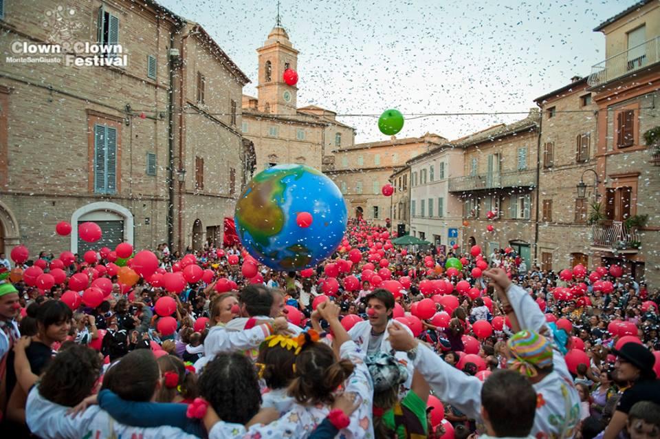 Vista della piazza di Monte San Giusto con il Clown e Clown Festival