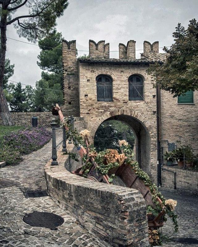 porta medievale di Montecassiano con un carretto in primo piano