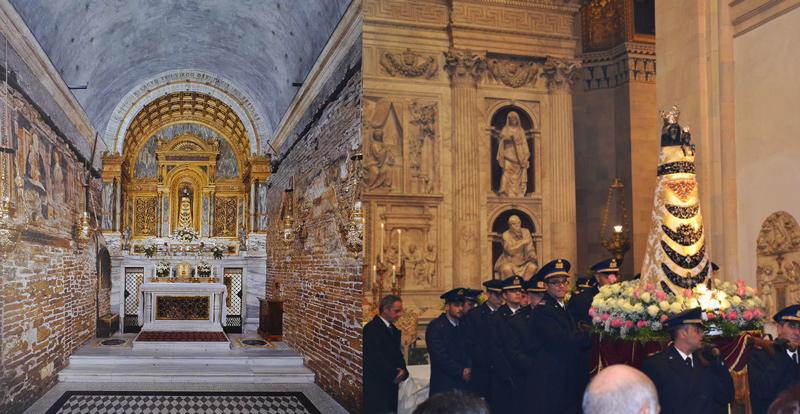 Interno edificio Santa Casa di Nazareth, a destra, Madonna di Loreto portata in processione