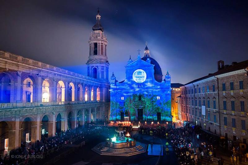 Facciata della Basilica della Santa Casa illuminata in occasione di una precedente Festa della Venuta