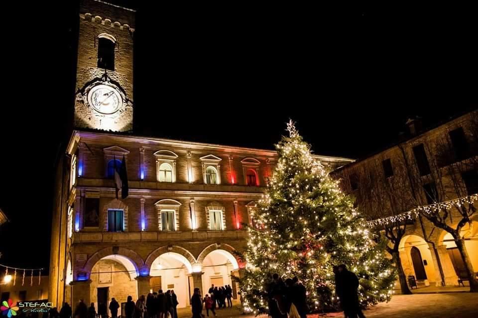 Piazza principale addobbata per il Natale