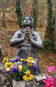 Statua di Santina, la pastorella che ha avuto l'apparizione della Madonna