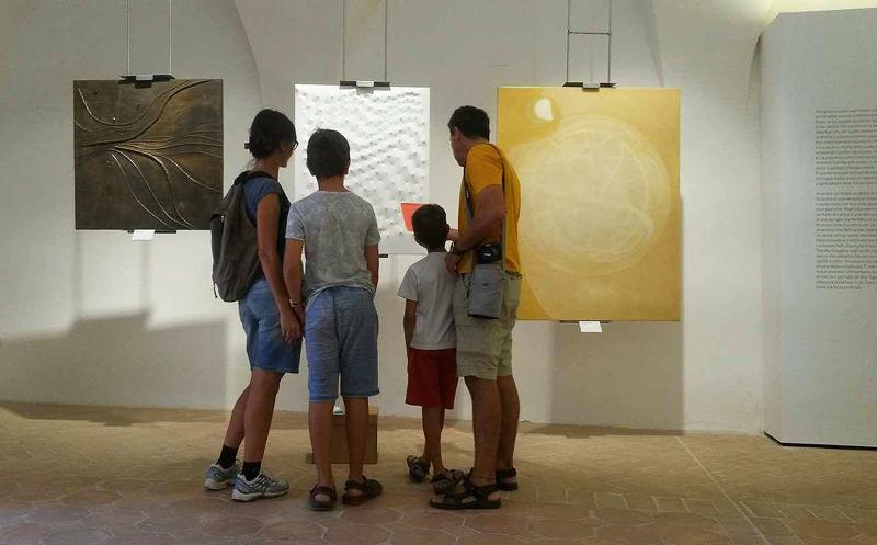Famiglia davanti a quadri