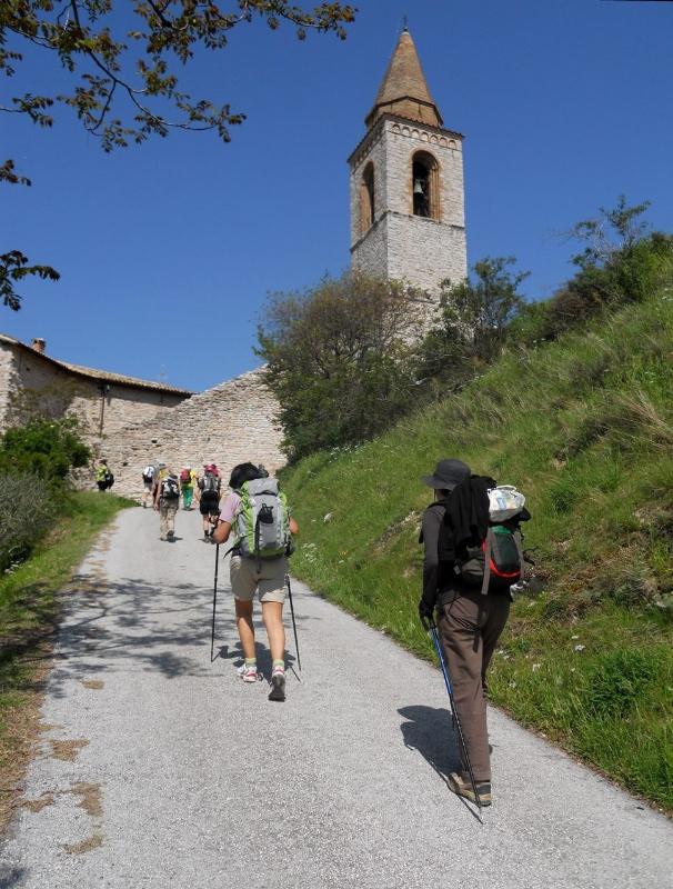 pellegrini sulla strada verso pievefavera