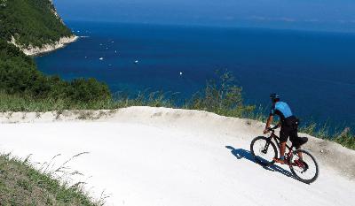 ciclista in uno sterrato sul Conero