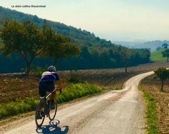 ciclista che percorre un sentiero